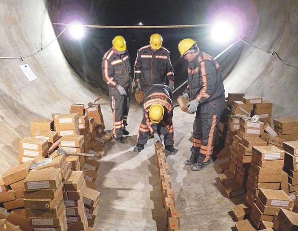 Radnici pakuju vatrostalne cigle